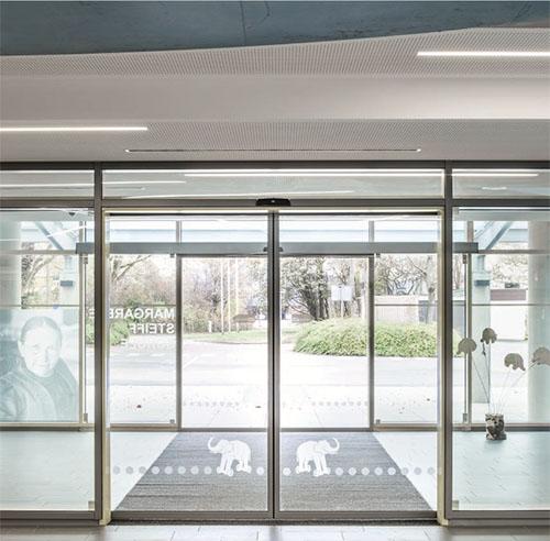 ouverture de porte automatique latest porte de garage ouverture plafond with ouverture de porte. Black Bedroom Furniture Sets. Home Design Ideas